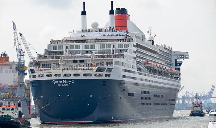 Lyxiga Queen Mary 2 i närbild.